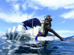 Diver-Jumping-in-Blue-Dolphin-Dive-Speed-Boat
