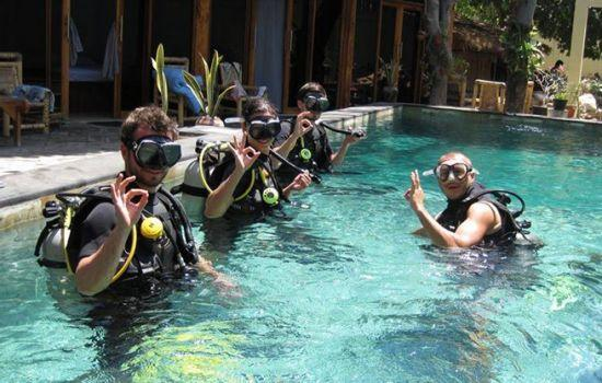 dive-students-in-pool
